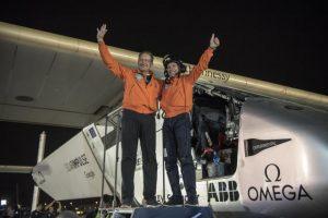 Bertran Pikar i Andre Boršberg (Foto Tanjug Christophe ChammartinRezoSolar Impulse via AP)