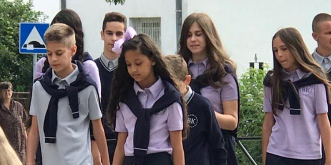 Surdulički osnovci dobijaju školske uniforme koje je kreirala Verica Rakočević