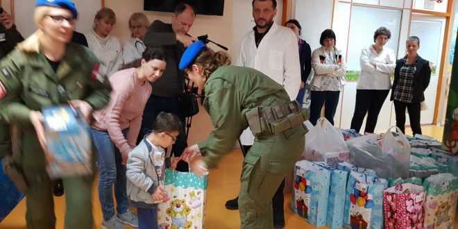 Mališane na Dečijoj klinici obradovao odred Žandarmerije