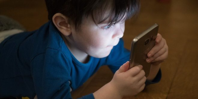 Kako sprečiti oštećenja na telefonu kada ih koriste vaša deca?